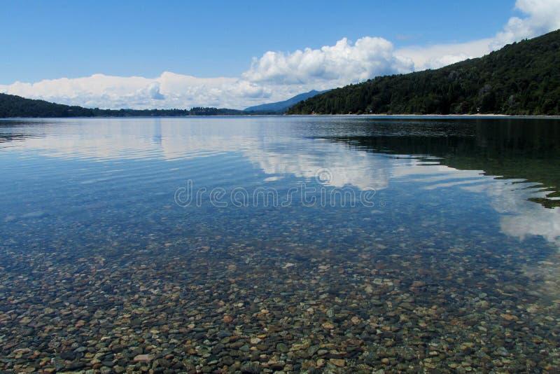 Härlig ren sjö för blått vatten royaltyfria foton