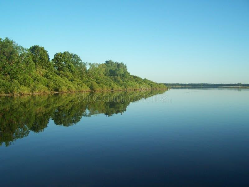 Härlig ren sjö och blå himmel royaltyfria foton
