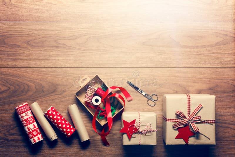 Härlig retro julgåvainpackning, xmas-begrepp, DIY-skrivbordsikt från över royaltyfria foton