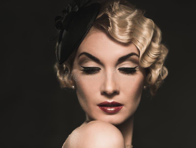 Härlig retro kvinna arkivfoto