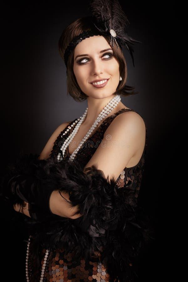 Härlig retro kvinna från den rytande 20-tal som är klar att festa royaltyfri foto