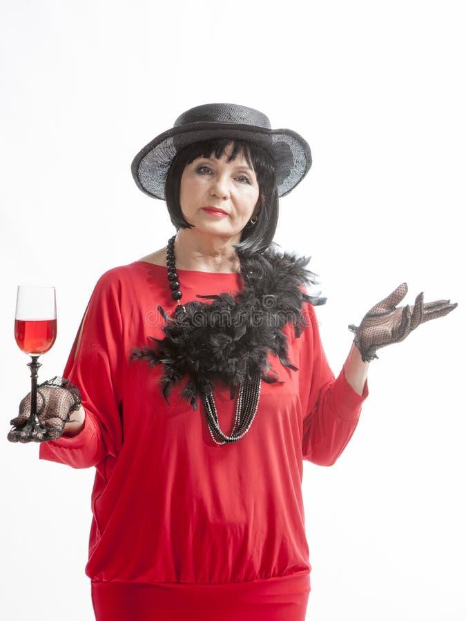 Härlig retro kvinna som dricker vin arkivfoto