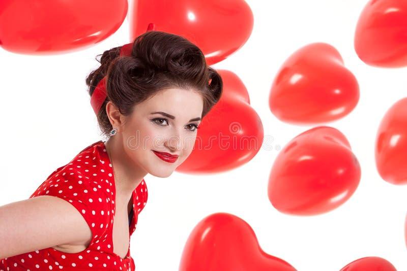 Härlig retro kvinna som firar valentin royaltyfri bild