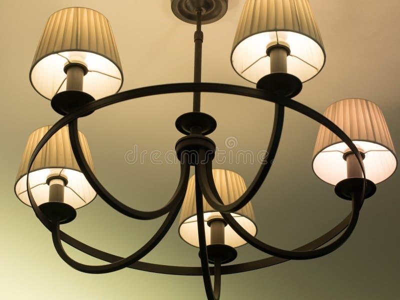 Härlig retro lyxig tappningljuskrona som hänger från tak Klassisk lampbelysning royaltyfri foto