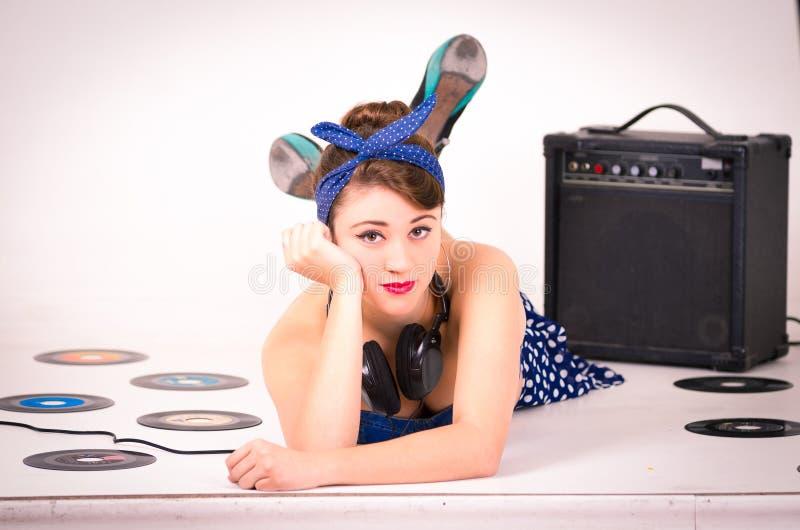 Härlig retro ung flicka som bär blå tappning arkivfoton