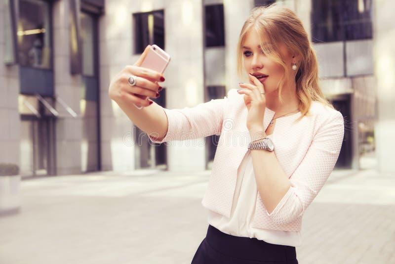 Härlig rik tillfällig blond stilfull modeaffärskvinna med arkivfoton