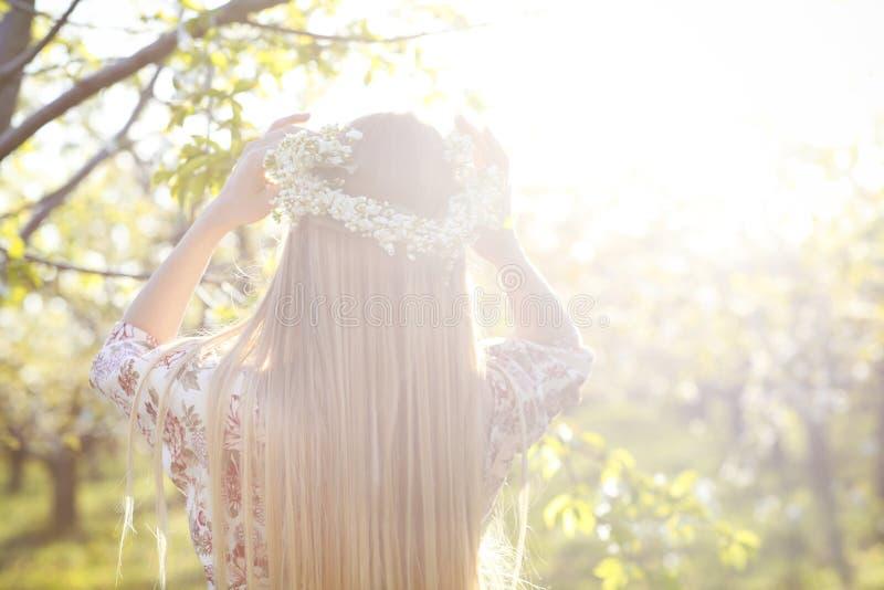Härlig romantisk kvinna med långt blont hår i en krans arkivbilder