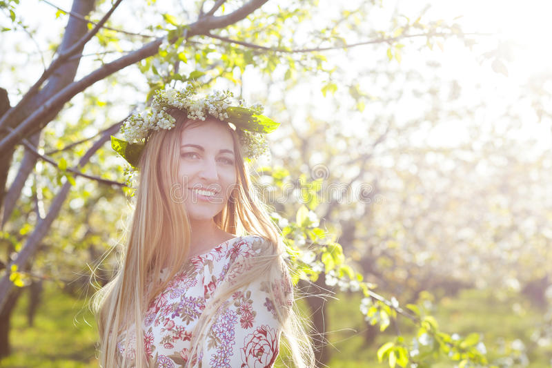 Härlig romantisk kvinna med långt blont hår i en krans arkivfoton