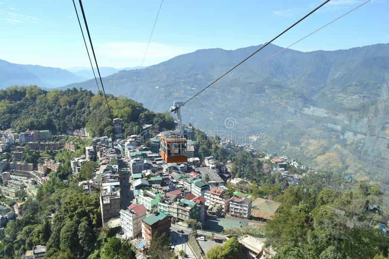Härlig ropeway av den Gangtok staden, Sikkim, Indien en av loppdestinationen arkivbilder