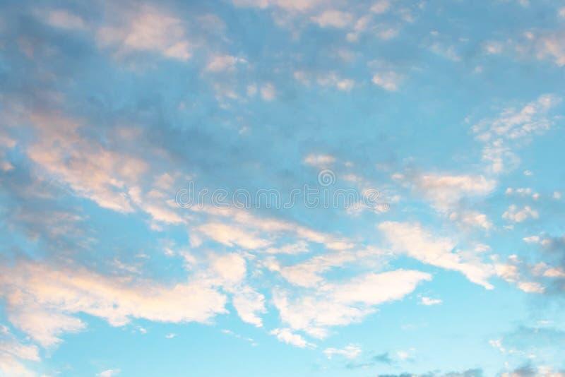 Härlig rosa grå blå himmel- och molnsolnedgångsikt Bakgrundstextur för lopp och affärsföretag royaltyfri foto