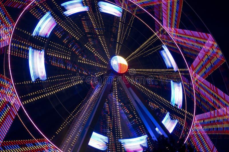 Härlig roterande pariserhjul på natten royaltyfria bilder