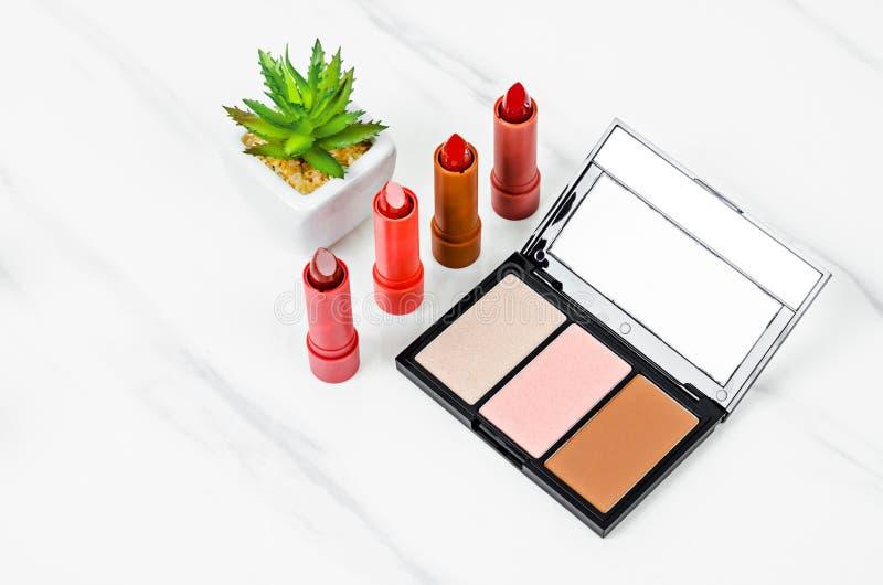 Härlig rouge och lyxig modern röd och orange läppstift fotografering för bildbyråer