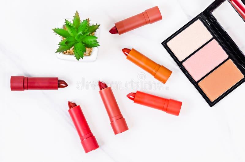 Härlig rouge och lyxig modern röd och orange läppstift arkivbild