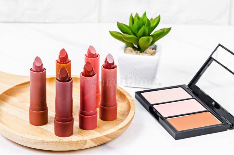 Härlig rouge och lyxig modern röd och orange läppstift royaltyfria bilder