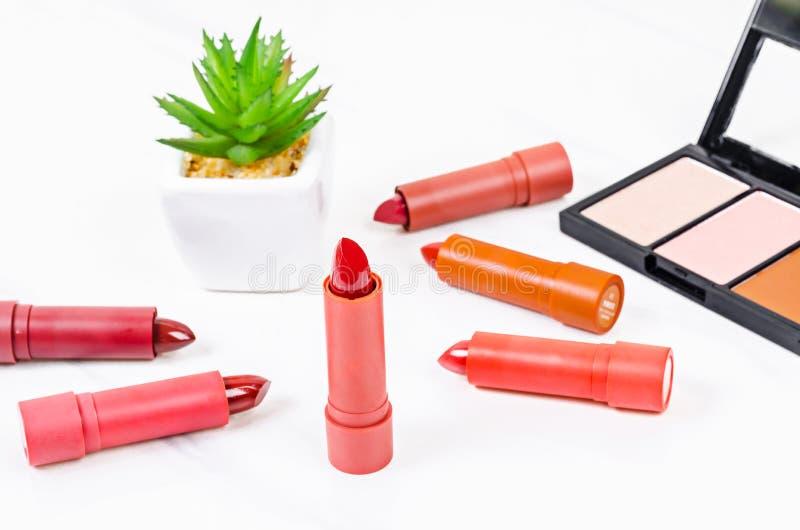 Härlig rouge och lyxig modern röd och orange läppstift arkivfoton