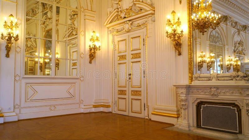 Härlig ruminre på Rothmayer Hall i den Prague slotten royaltyfria foton
