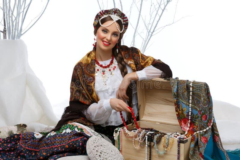 Härlig rysk flicka med hoppbröstkorgen royaltyfri foto