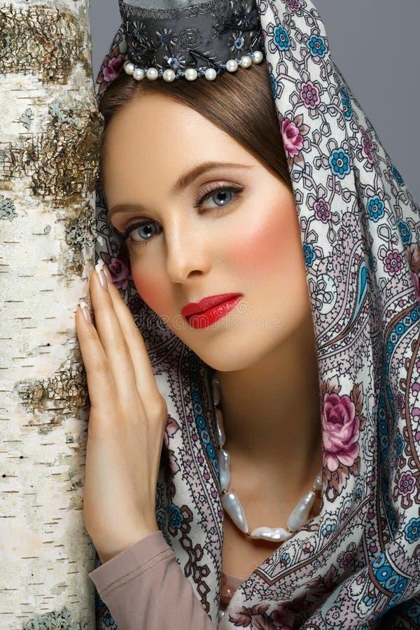 Härlig ryssflicka i traditionell kläder arkivbild