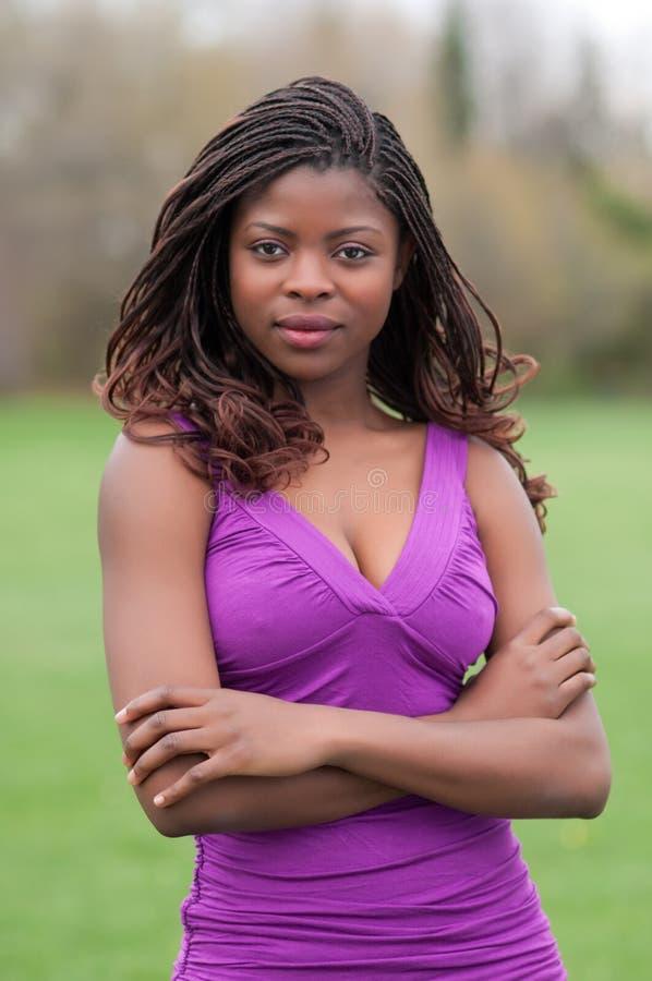 härlig säker parkkvinna fotografering för bildbyråer