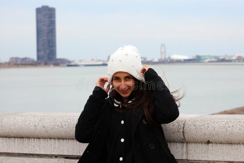Härlig säker tonåring för gröna ögon med den Chicago mässan i bakgrund royaltyfria bilder