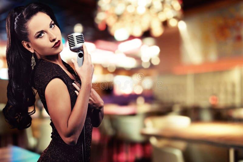 härlig sångare arkivfoto