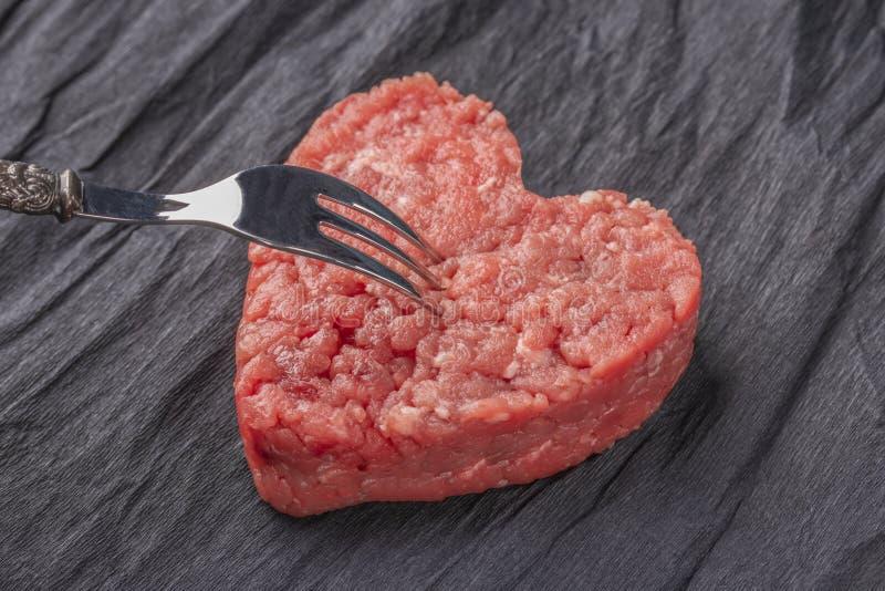 Härlig saftig köttkotlett på en kontrastera svart bakgrund royaltyfri fotografi