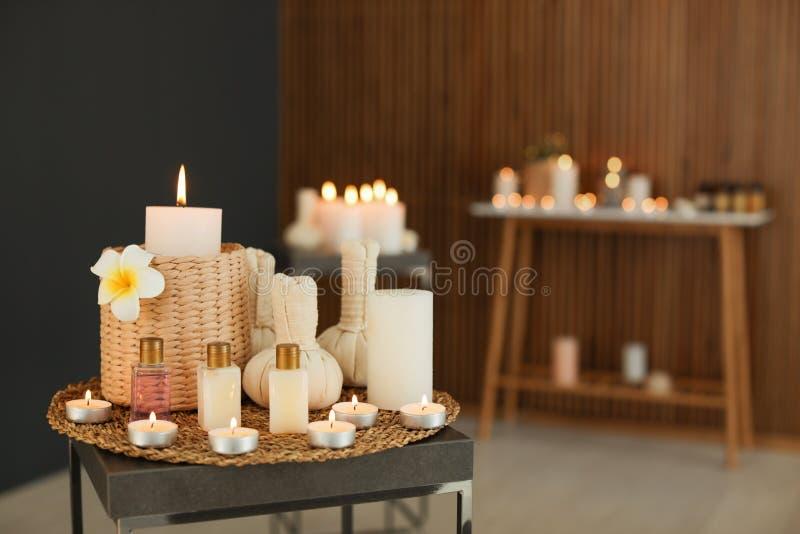 H?rlig sammans?ttning med stearinljus och brunnsorttillbeh?r p? tabellen i salong arkivbilder
