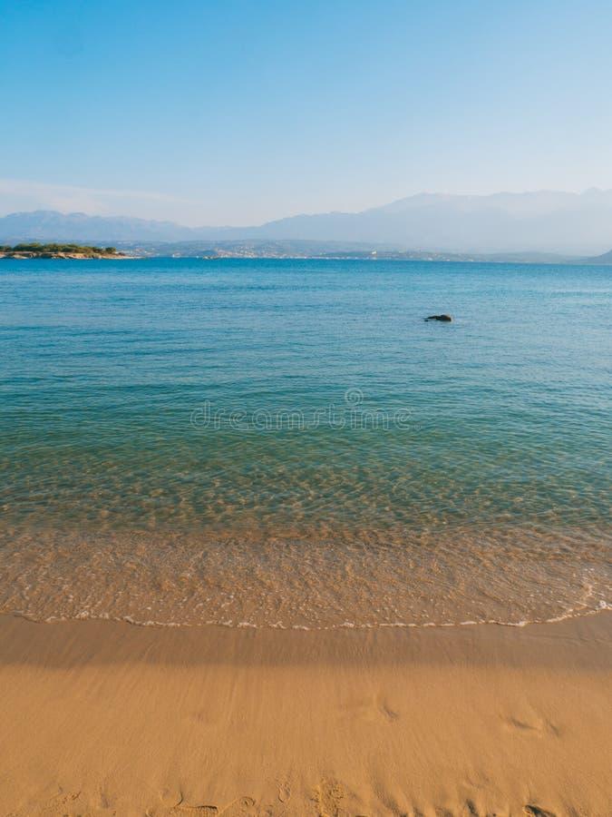 H?rlig sandig strand, klart bl?tt hav och koppla avatmosf?r arkivbilder