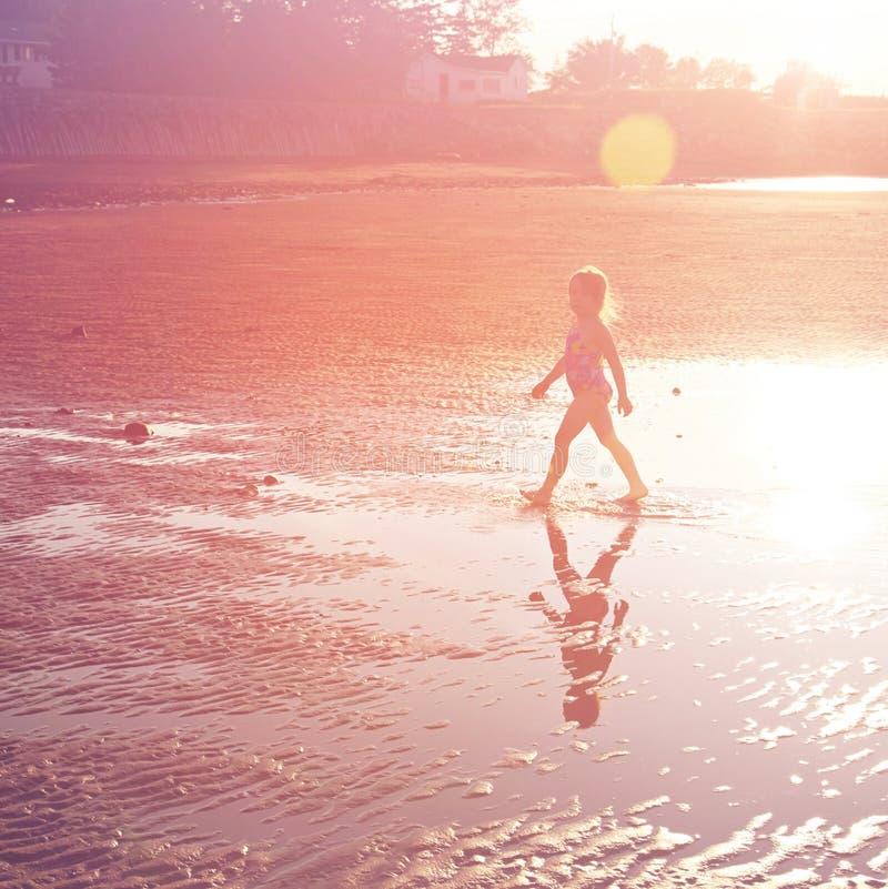 Härlig sandig strand med lilla flickan royaltyfria foton