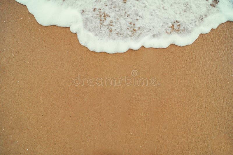 Härlig sandig strand och mjuk blå havvåg royaltyfri foto