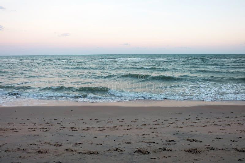Härlig sandstrand och hav royaltyfria bilder