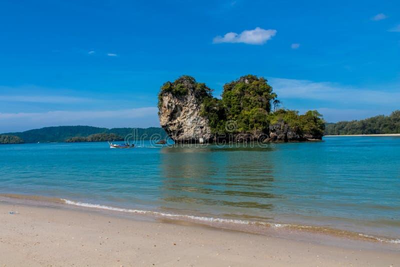 Härlig scenisk kalkstenö i Krabi, Thailand royaltyfria foton