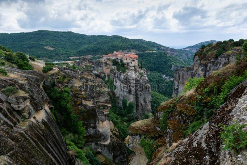 Härlig scenisk sikt av Meteora kloster som byggs på naturliga konglomerade pelare, Grekland, Europa arkivbilder