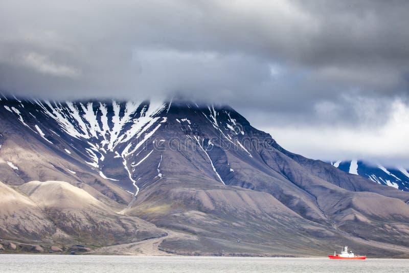 Härlig scenisk sikt av Spitsbergen (den Svalbard ön), Norge royaltyfri bild