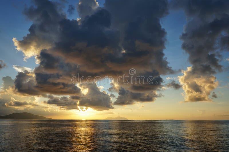 Härlig scenisk tropisk havsolnedgång med blå himmel och moln Idylliskt landskap av badorten Exotisk loppdestination arkivfoto