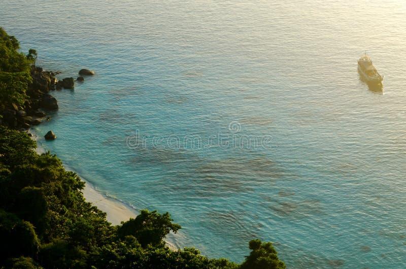 Härlig Seascape med fokusen på skogen på berget vaggar royaltyfria foton