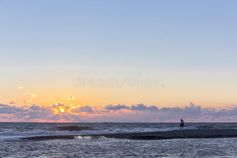 Härlig seascape med solnedgång och kvinnan arkivbilder