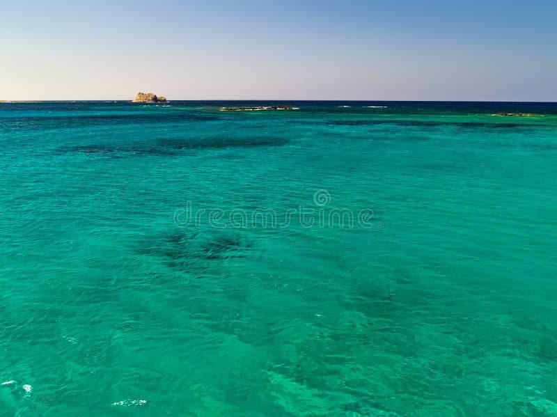 Härlig seascape med turquisevatten royaltyfri foto