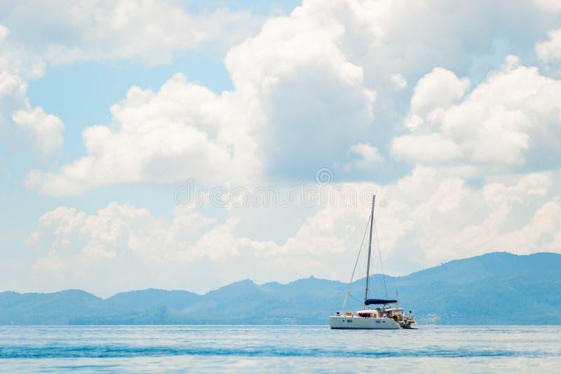 Härlig seascape - sikt av en yacht i havet mot arkivbilder