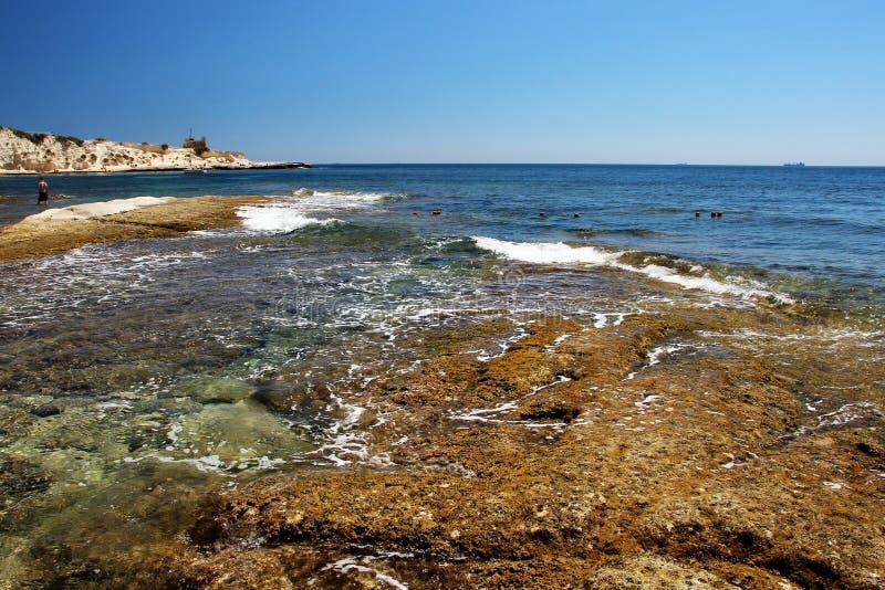 Härlig seascape, stenig maltesisk strandsikt arkivfoto