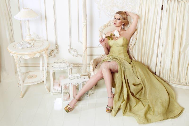 Härlig sexig blond kvinna i aftonklänning royaltyfri bild