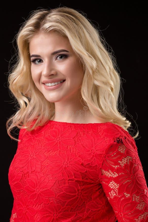 Härlig sexig blond kvinna på svart bakgrund, parti fotografering för bildbyråer