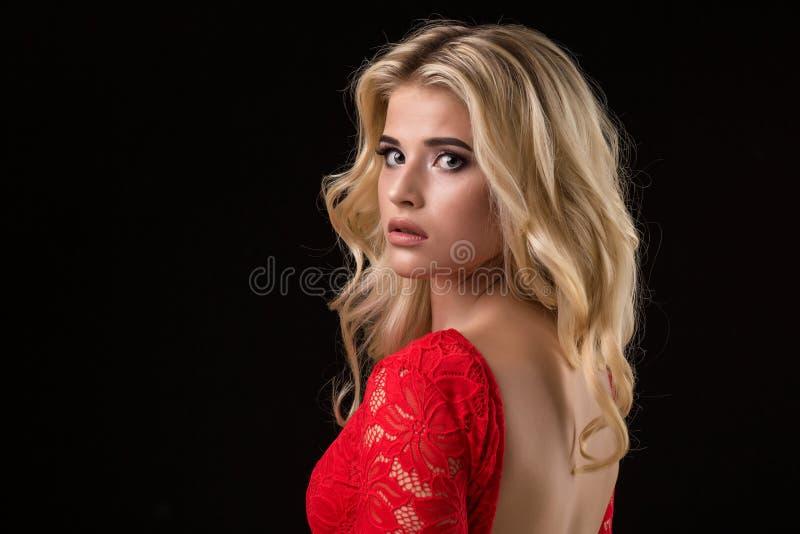 Härlig sexig blond kvinna på svart bakgrund, parti arkivfoto