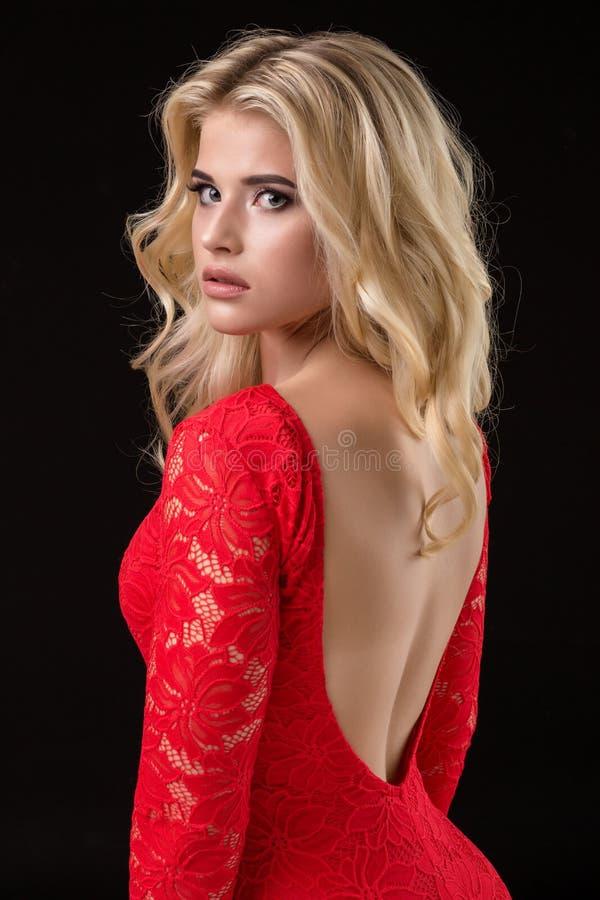 Härlig sexig blond kvinna på svart bakgrund, parti arkivbild