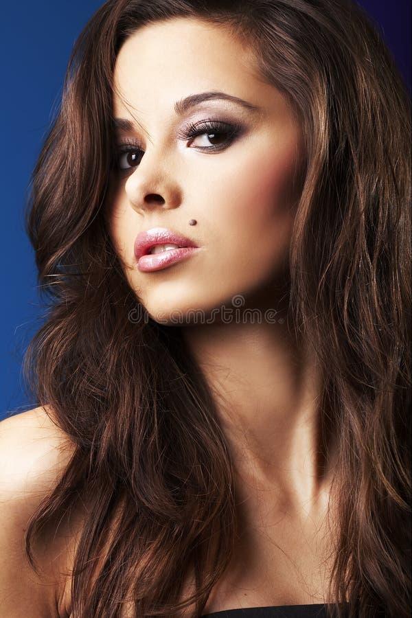 härlig sexig brunettflicka royaltyfri bild