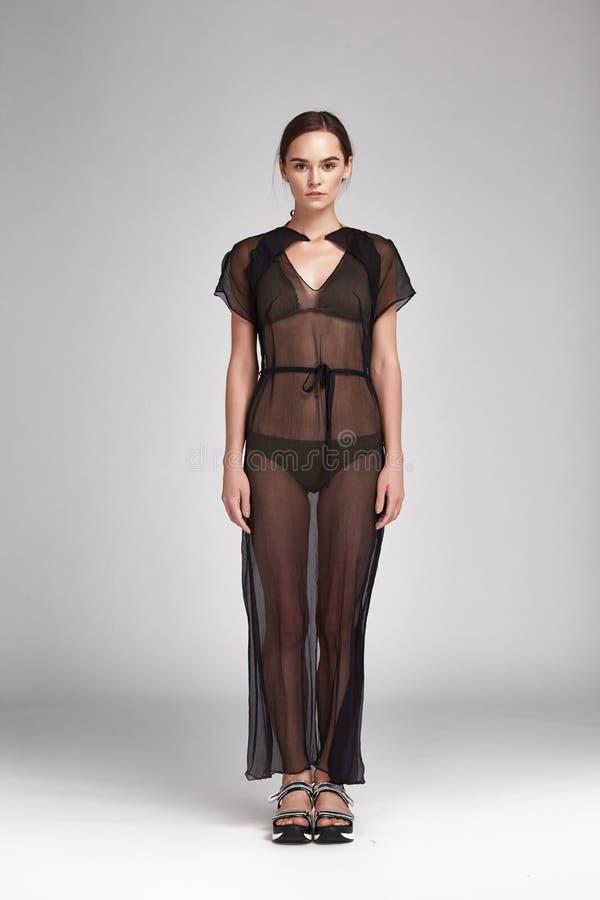 Härlig sexig brunettkvinnastående av modemodellen arkivbilder