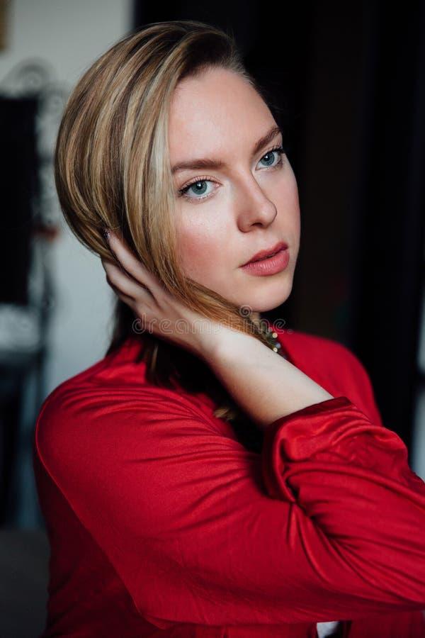 Härlig sexig dam i elegant röd ämbetsdräkt Modestående av modellen inomhus royaltyfri bild