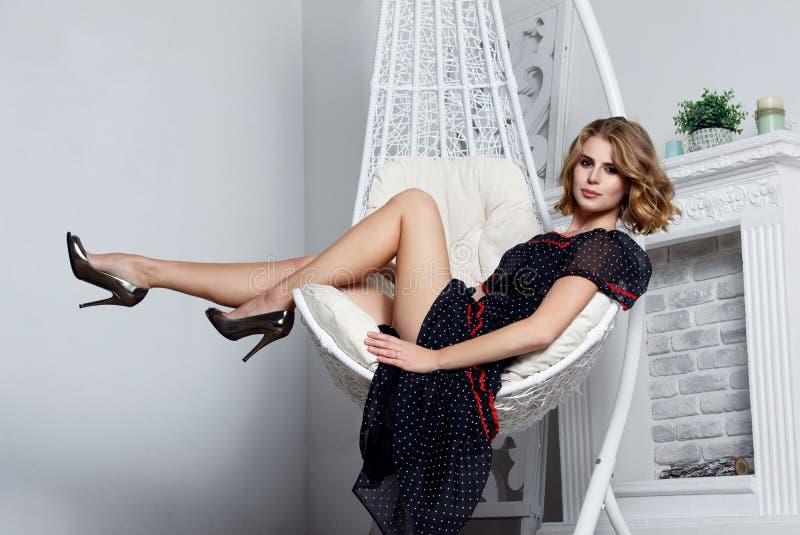 Härlig sexig flicka, inre studio royaltyfri foto