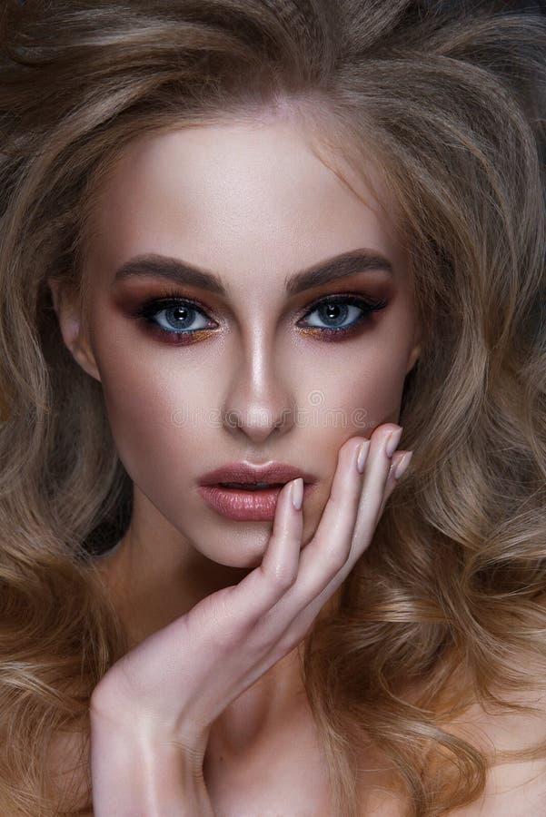Härlig sexig flicka med klassisk makeup, sinnliga fulla kanter, modehår Härlig le flicka fotografering för bildbyråer