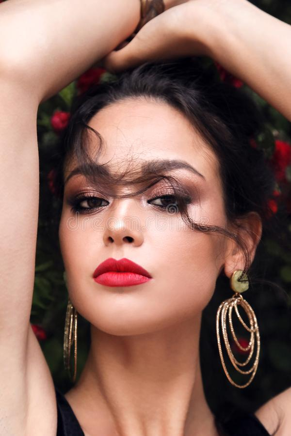 Härlig sexig flicka med mörkt lockigt hår och ljus makeup i dr royaltyfria foton